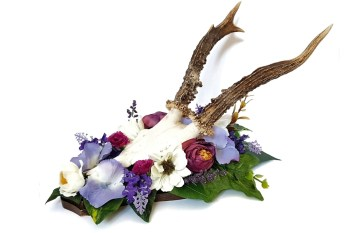 Ossaflores - alternative wedding table centrepieces - skulls - purple - unconventional wedding
